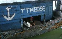 Famille vivant sur un bateau, Vietnam